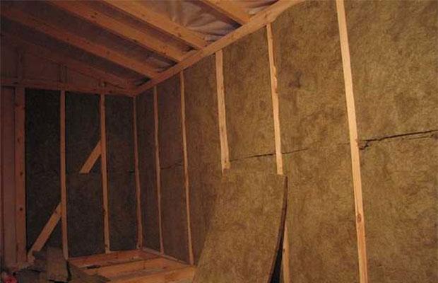 К стене крепятся бруски, между которыми укладывается теплоизолятор