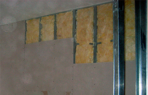 Между гипсокартоном и стеной можно уложить дополнительный слой утеплителя