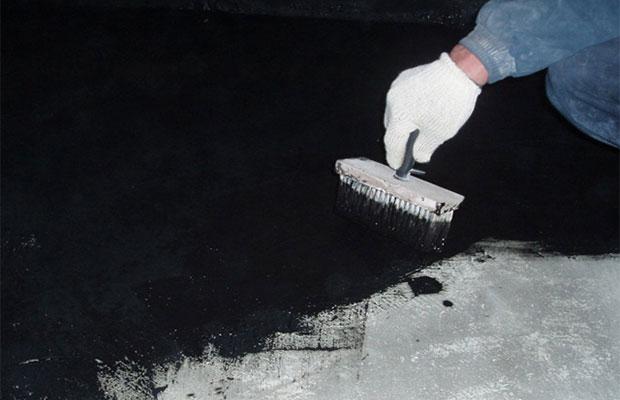 Обмазочную мастику наносят на подготовленную, очищенную поверхность