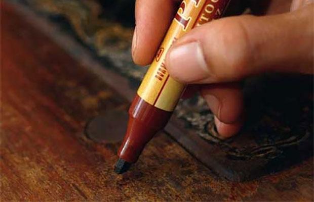 Специальные ретуширующие карандаши на основе морилок помогут устранить мелкие трещины и сколы