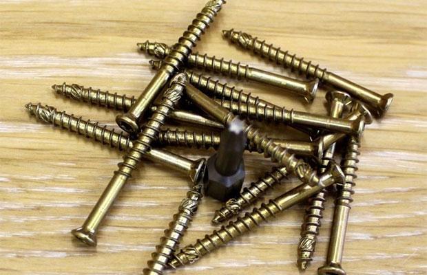Избавиться от скрипа можно путем вкручивания шурупов