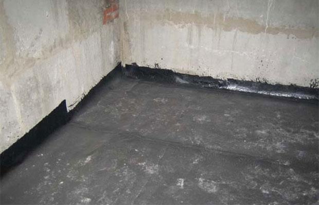 Чтобы не возникало проблем из-за грунтовых вод, в подвале необходимо сделать гидроизоляцию