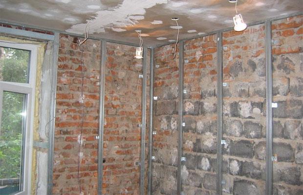 Сначала монтируются направляющие планки на потолок