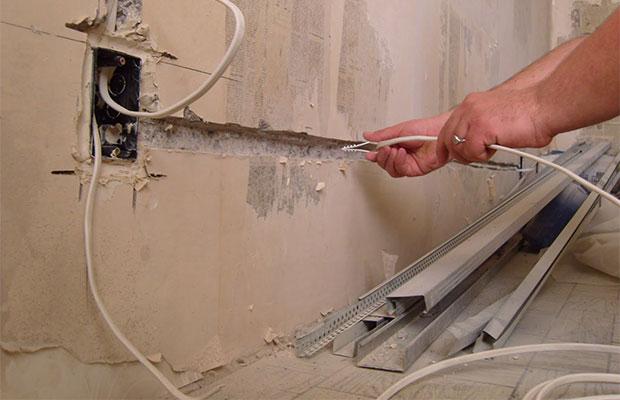 Если требуется заменить электропроводку, с этого нужно начинать ремонт