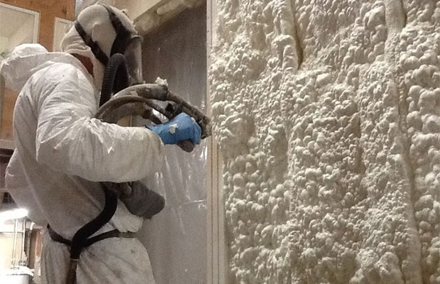 Для утепления стен полиуретаном требуется специальное оборудование