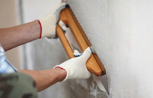 Перед поклейкой обоев стену нужно выровнять как можно лучше