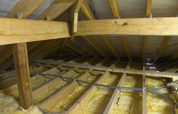 Удобнее утеплять потолок со стороны чердака