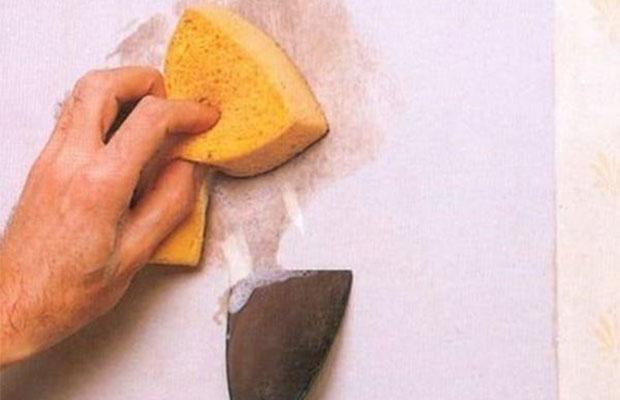 Для снятия жидких обоев без покрытия понадобится теплая вода и металлический скребок
