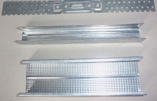 Для перегородок из ГКЛ используются направляющий перегородочный и стоечный профили (UW и CW)