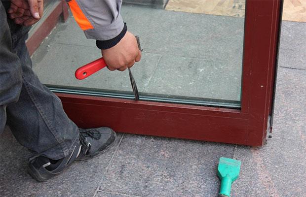 Сложнее всего заменить уплотнитель на стеклопакете