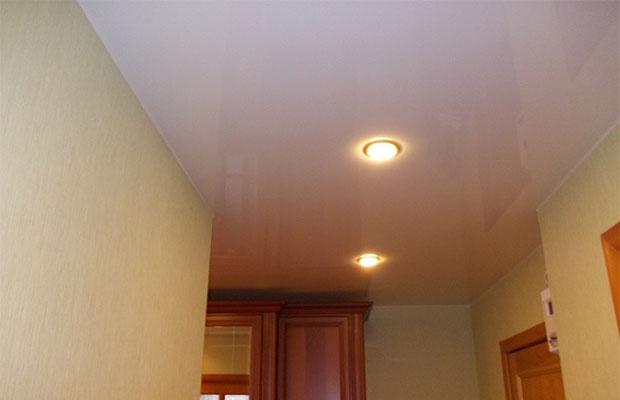 Натяжные потолки можно сделать в высокой прихожей