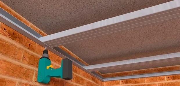 Устанавливаем профиль на потолок