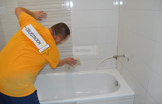 Протираем стены влажной губкой или тряпкой