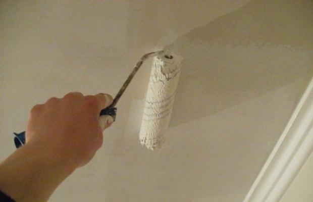 Акриловая краска подойдет для потолка, который придется часто мыть