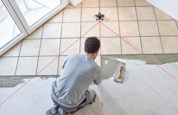 Перед тем, как начать класть плитку, на пол нужно нанести разметку
