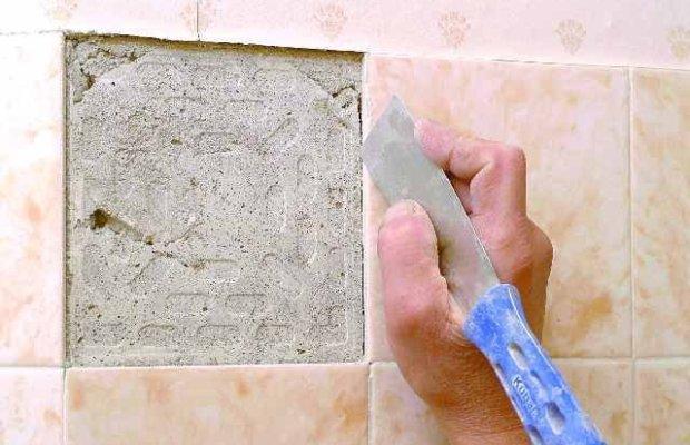 Первым делом нужно удалить при помощи металлического шпателя старый клей со стены