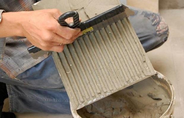 Быстро реставрировать поврежденные участки помогает готовый плиточный клей