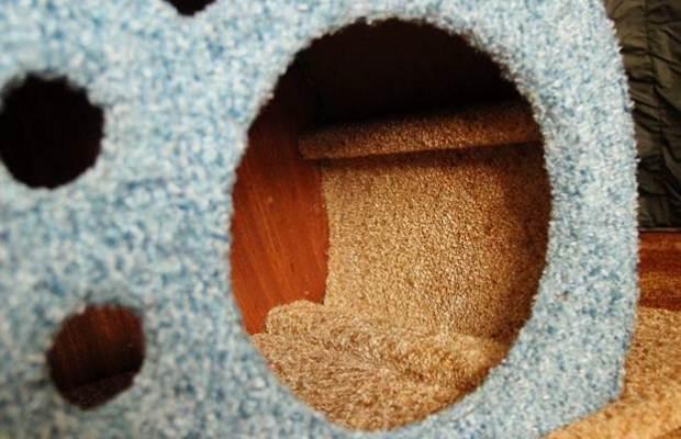 Кошачье жилище обязательно обивается с внутренней стороны