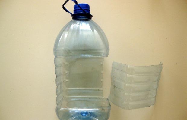 Кормушка из пластиковой бутылки – это самый быстрый и простой вариант