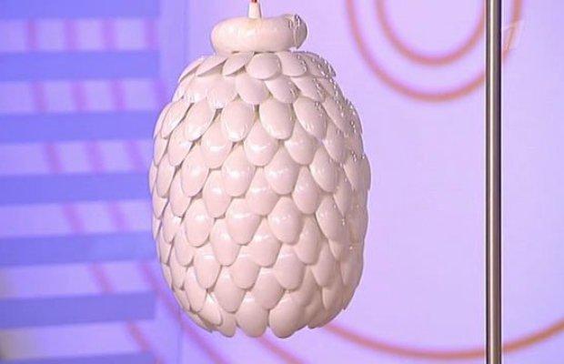 Из одноразовых ложек получается оригинальный подвесной светильник