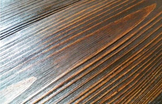 После браширования рисунок древесины получается выразительным и четким