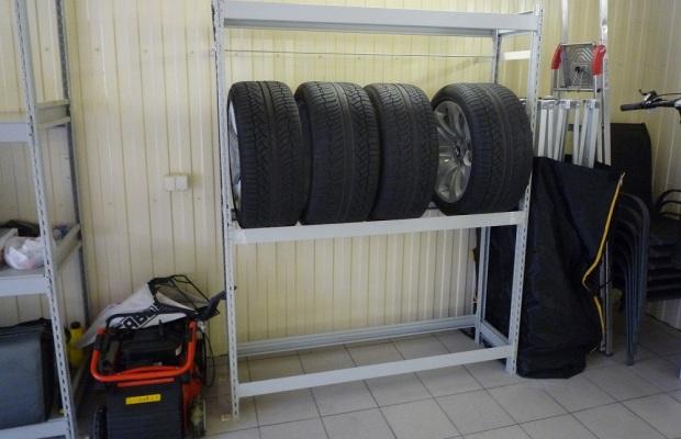 Напольная стойка для шин делается в гараже, в котором достаточно свободного места
