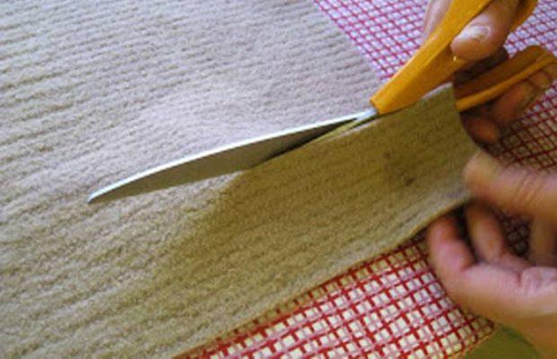 Полосы из ткани для ленты нужно стараться нарезать одинаковой ширины