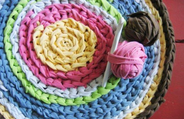 Легче всего вязать коврик из клубков крючком большого диаметра