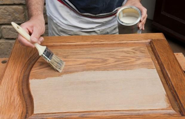 Для состаривания мебели вполне подойдет недорогая водоэмульсионная краска