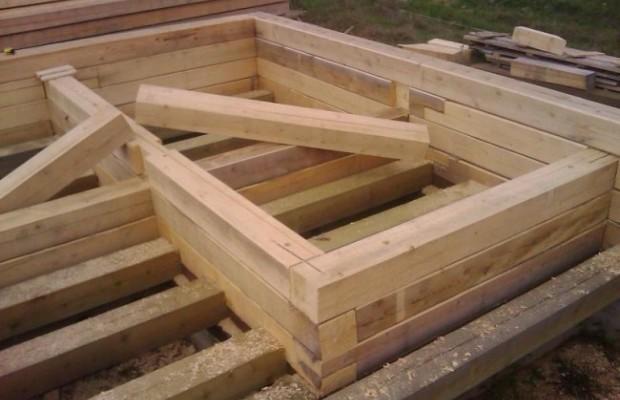 Строительство бани начинается со сборки первого венца