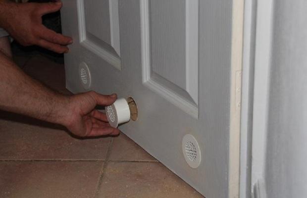 Двери в туалет и ванной должны быть оборудованы вентиляционными отверстиями