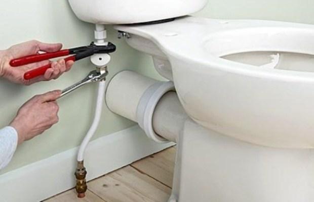 При монтаже унитаза потребуются трубный и шведский разводные ключи