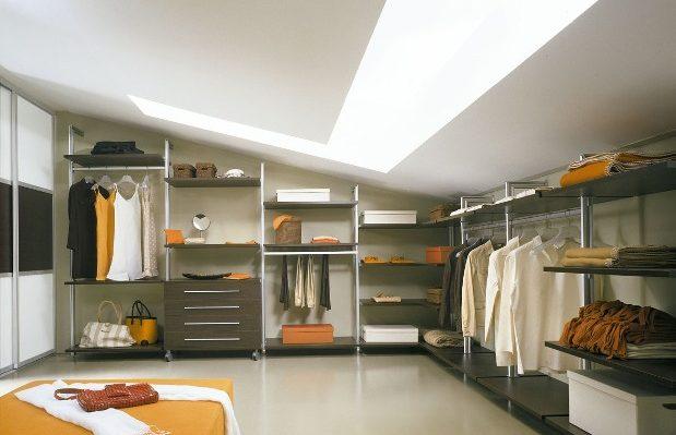 Мансарда хорошо подходит для гардеробной комнаты