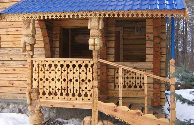 Веранда из древесины с резьбой.