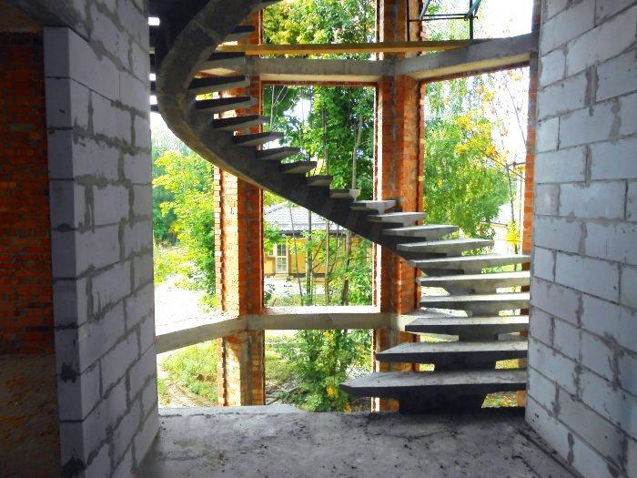 Бетонная монолитная лестница