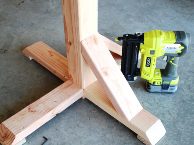 Вертикальные вешалки-стойки тоже можно сделать из оставшихся обрезков бруса