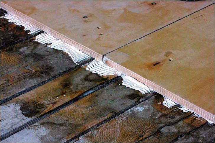 Все просто - выкладываем встык фанерные листы поверх старого покрытия