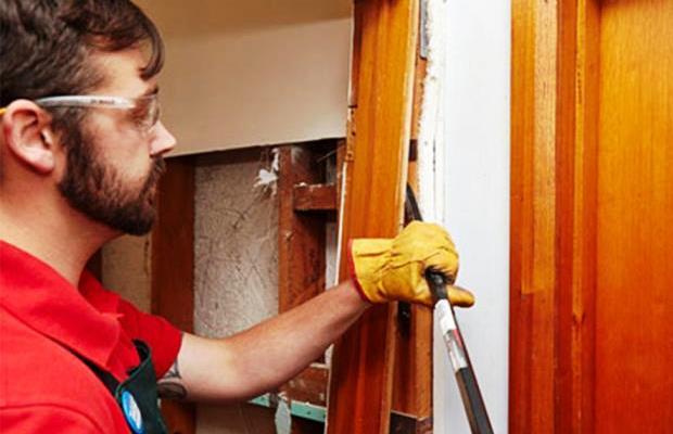 Демонтаж следует начинать с самой двери, а потом плавно двигаться вдоль коробки