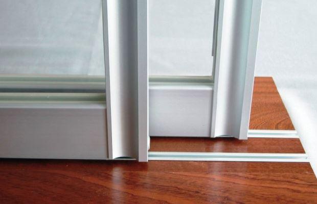 Если двери с нижним рельсом начало заедать - подумайте о внеплановой прочистке пазов от грязи и пыли