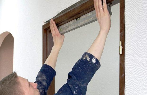 Залог профессиональной установки дверной коробки — строгая проверка на перекос