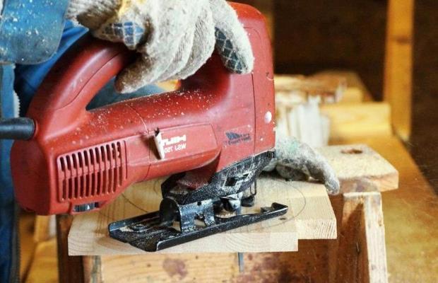 Изготовление оконных наличников из дерева - процесс кропотливый, здесь много сложных декоративных изгибов