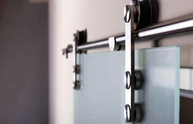 Конструкция устройства стеклянной подвесной двери