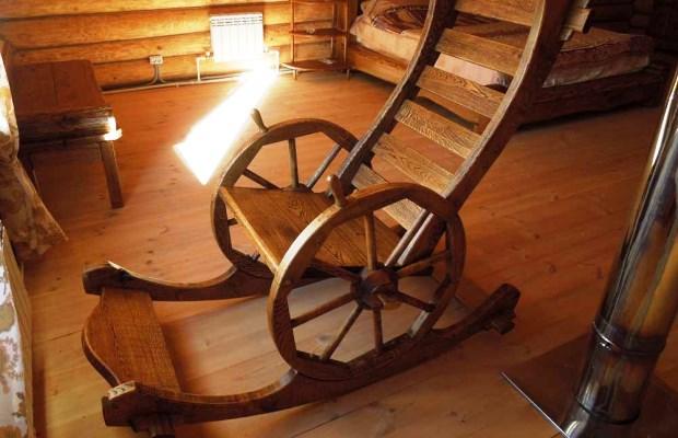 Кресло-качалка, изготовленная из твердых пород дерева