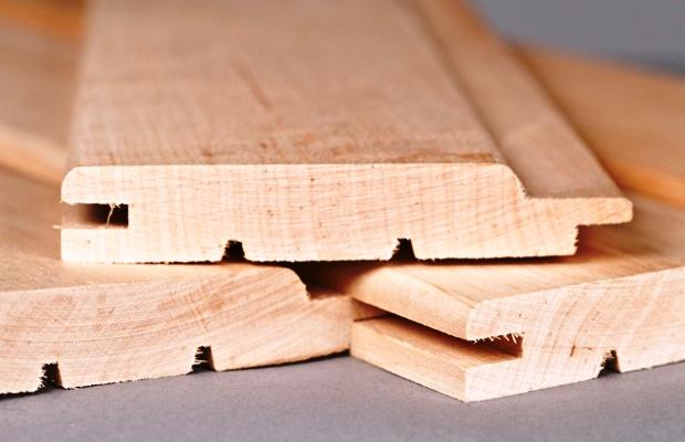 Лучше всего для полок подойдут традиционные породы дерева, применяемые в банях
