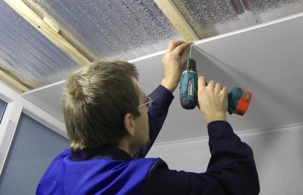 Монтаж подвесного пластикового потолка