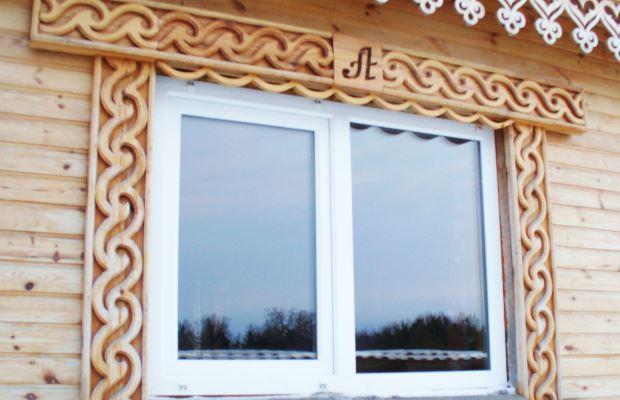 Наличники из натуральной древесины дополнительно придадут дому изысканности и простоты