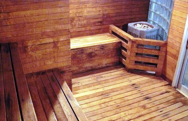 На деревянном полу в сауне сложнее поскользнуться, на такой пол приятно наступать