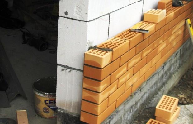 Облицовку пенобетонных стен чаще всего производят с использованием кирпича