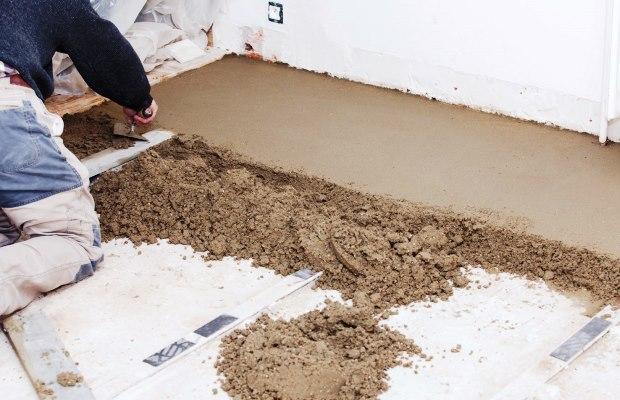 Обустройство пола строительной смесью позволяет добиться оптимального результата даже новичку