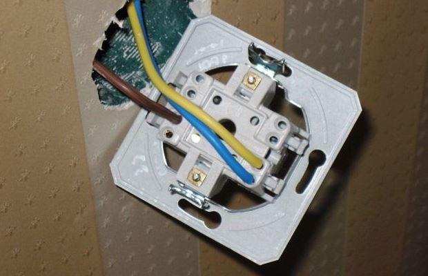 По количеству проводов легко определяем, какой выключатель необходимо использовать. На фото - одноклавишный вариант